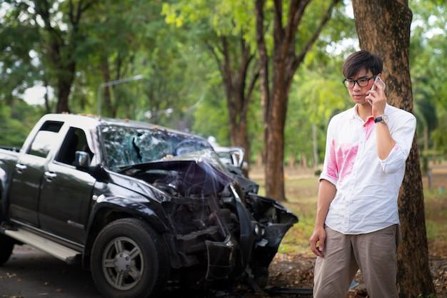 Homme Asiatique Gueule De Bois Et Obtenir Un Accident De Voiture Photo Premium