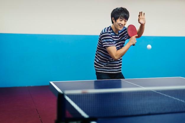 Homme asiatique jouant au tennis de table Photo gratuit