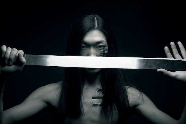 Homme asiatique avec katana Photo Premium