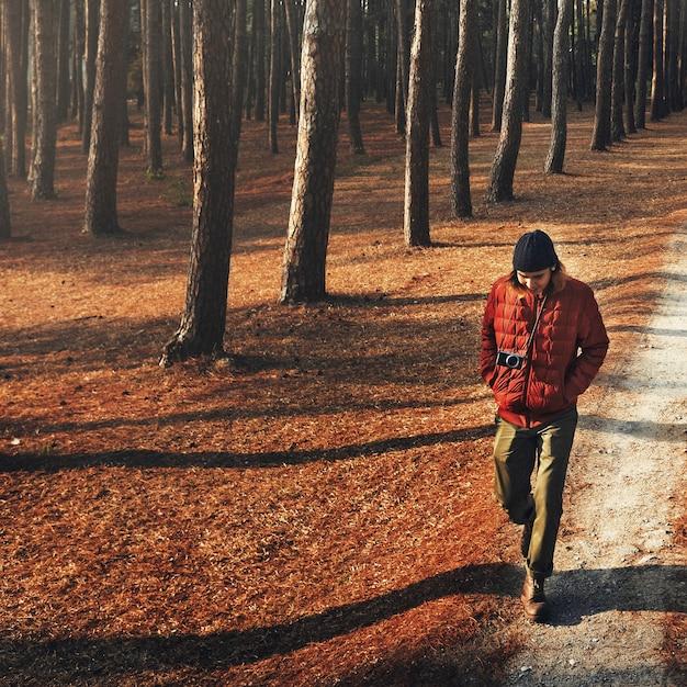 Homme asiatique, marche, trekking, dans, les, bois Photo gratuit