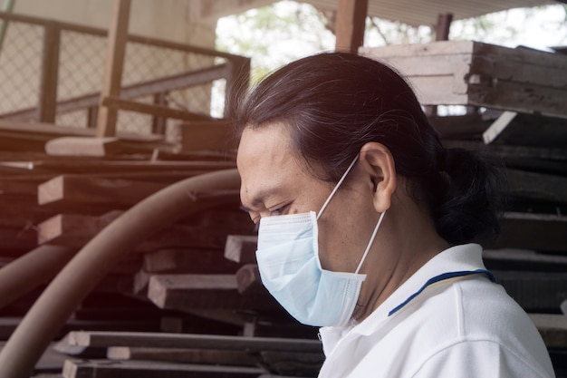 Homme asiatique portant un masque à bouche contre la pollution de l'air. Photo Premium