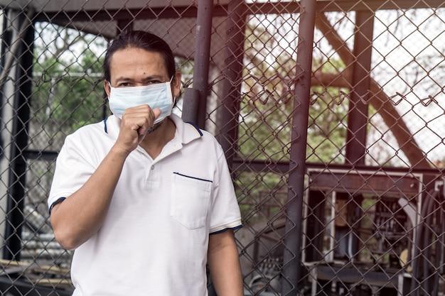 Homme asiatique portant un masque à bouche contre la pollution de l'air. Photo Premium