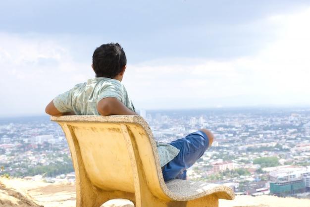 Homme asiatique à la recherche de vue sur la ville d'asie Photo Premium