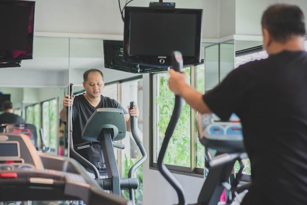Homme asiatique s'entraîner à perdre du poids Photo Premium