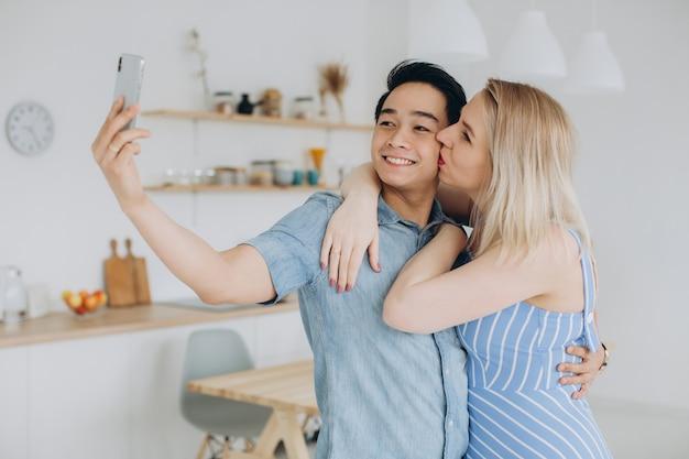 Une blonde avec un homme asiatique