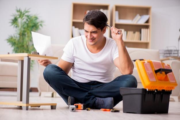 Homme assemblant une étagère à la maison Photo Premium
