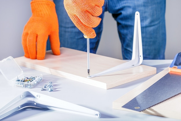 Homme assembler des meubles à l'aide d'un tournevis Photo Premium