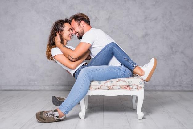 Homme assis sur une chaise avec une femme Photo gratuit