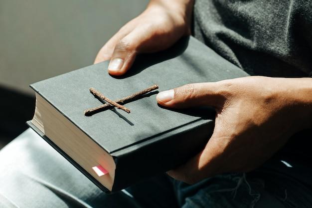 Homme assis et tenant la bible Photo Premium