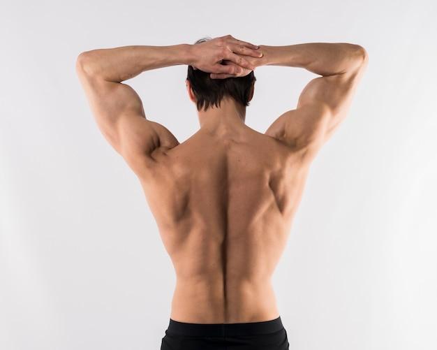 Homme Athlétique Torse Nu Montrant Les Muscles Du Dos Photo gratuit
