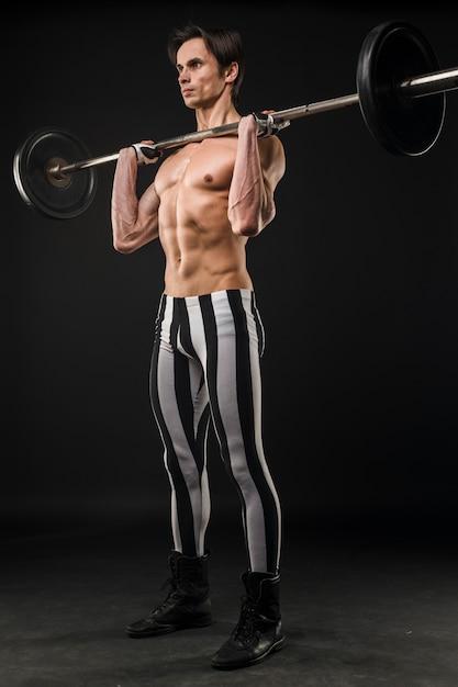 Homme Athlétique Torse Nu, Soulever Des Poids Photo gratuit