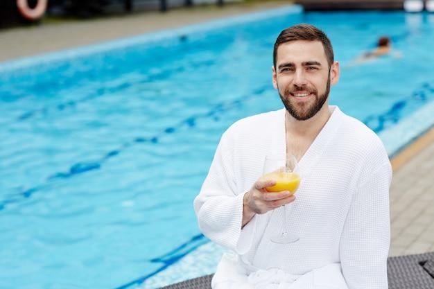 Homme au bord de la piscine Photo gratuit
