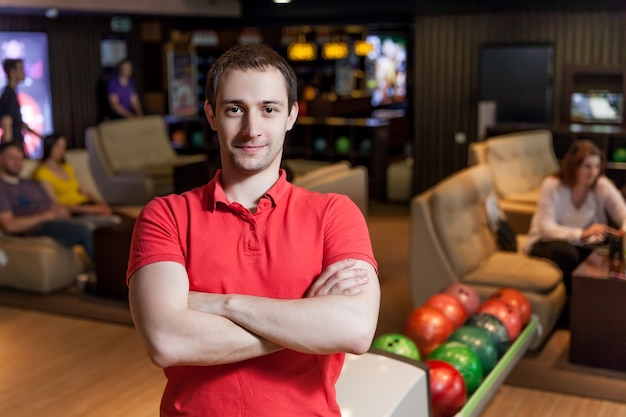 Homme Au Bowling Photo Premium