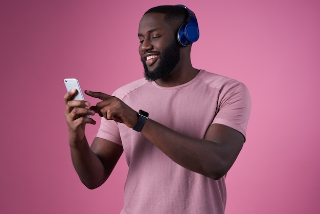 L'homme au casque et avec un téléphone dans ses mains passe de la musique Photo Premium
