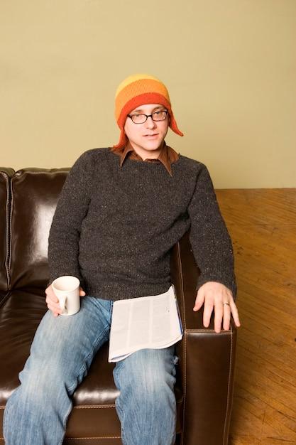 Homme au chapeau d'hiver à l'intérieur Photo Premium