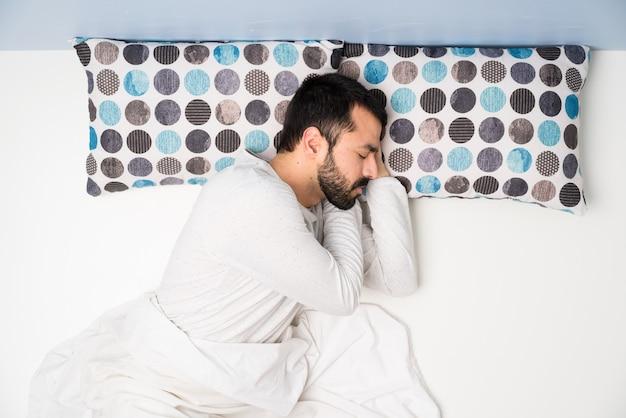 Homme au lit en vue de dessus Photo Premium