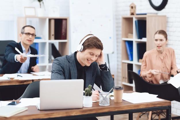 Homme Au Travail écoute De La Musique Et Ne Veut Pas Travailler Photo Premium
