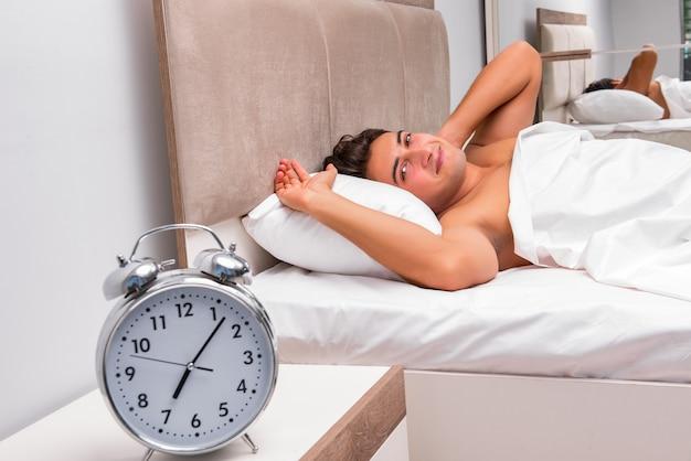 Homme ayant du mal à se réveiller le matin Photo Premium