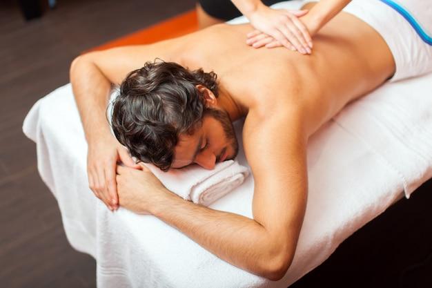 Homme ayant un massage Photo Premium