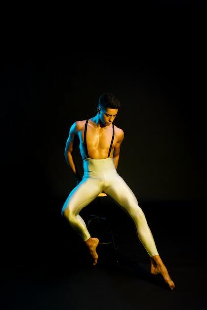 Homme de ballet gracieux assis à l'honneur Photo gratuit