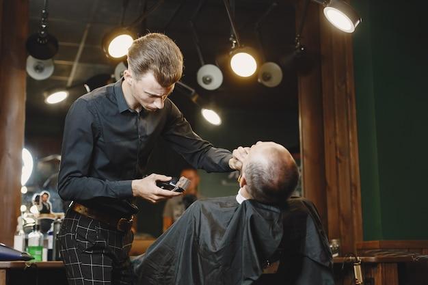 Homme Avec Une Barbe. Coiffeur Avec Un Client. Homme Avec Un Rasage. Photo gratuit