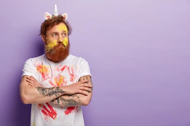 Homme à La Barbe De Gingembre Portant Un Bandeau De Licorne Et Un T-shirt Sale Photo gratuit