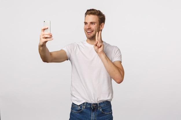 Homme Barbu Blond Séduisant En T-shirt Blanc Prenant Selfie Photo Premium