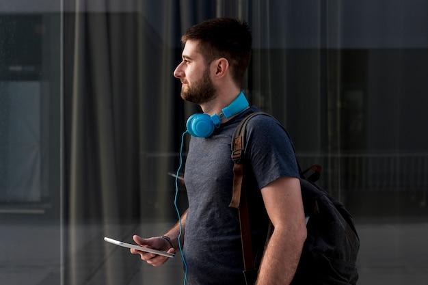 Homme barbu avec un casque sur smartphone Photo gratuit