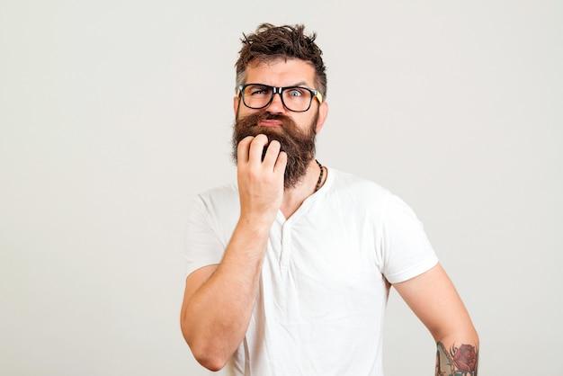 Homme Barbu Doutant D'une Nouvelle Idée Photo Premium