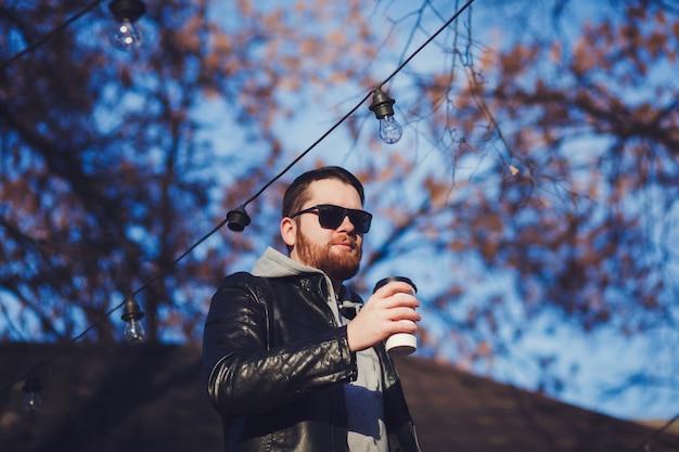 Homme barbu avec du café Photo Premium