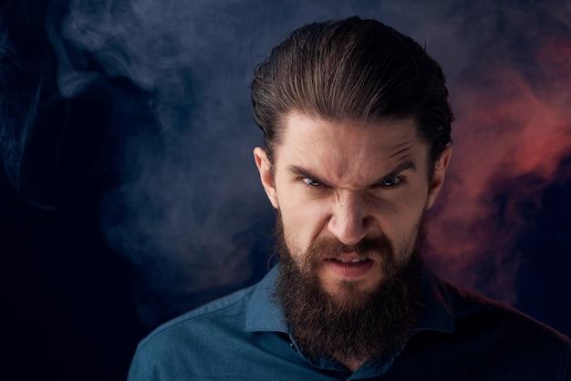 Homme Barbu émotionnel En Colère Look Chemise Fumée Dans Le Mur Photo Premium