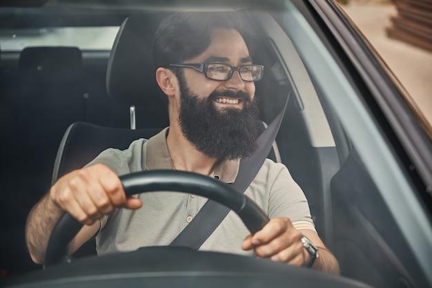 Un Homme Barbu Moderne Conduisant Une Voiture Photo gratuit