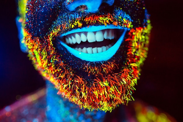 Homme barbu peint en poudre fluorescente Photo Premium
