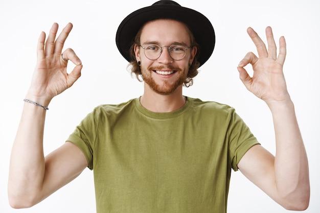 Homme Barbu Rousse Expressif Avec Un Chapeau Photo gratuit