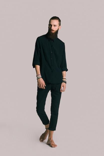 Homme barbu de style hipster Photo gratuit