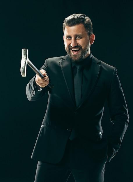 L'homme Bardé En Costume Tenant Une Canne. Photo gratuit