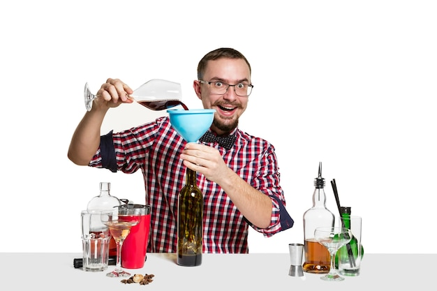 Homme Barman Expert Fait Un Cocktail Au Studio Isolé Sur Blanc Photo gratuit