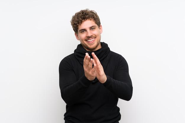 Homme blond applaudissant après la présentation à une conférence Photo Premium