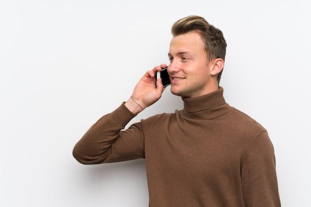 Homme blond entretenant une conversation avec le téléphone portable Photo Premium
