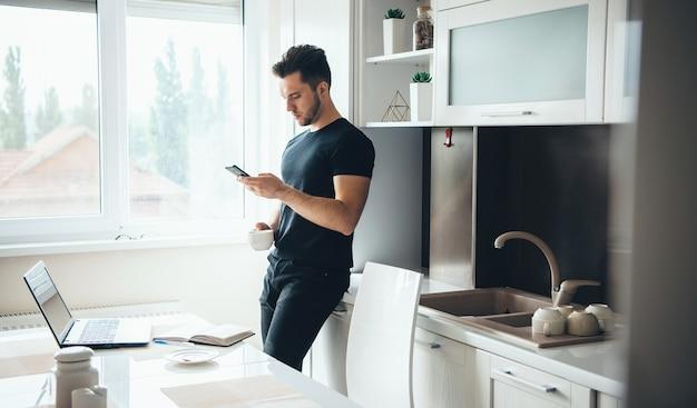 L'homme Boit Un Café Et Discute Au Téléphone Photo Premium