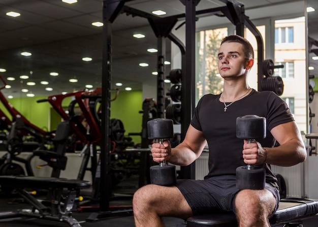 Homme en bonne santé s'entraînant dans le gymnase Photo gratuit