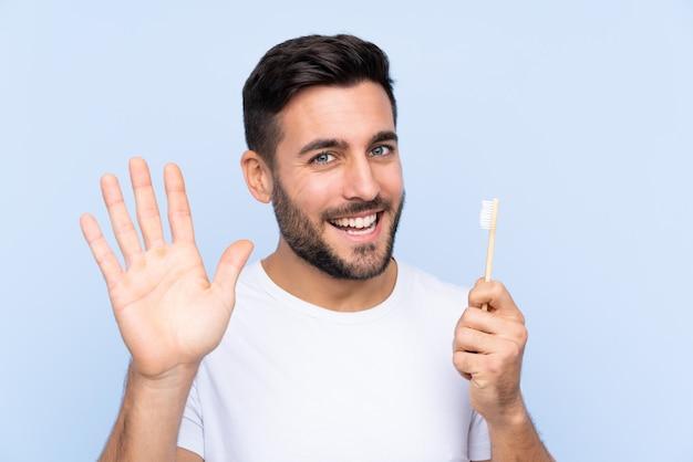 Homme Avec Une Brosse à Dents Photo Premium