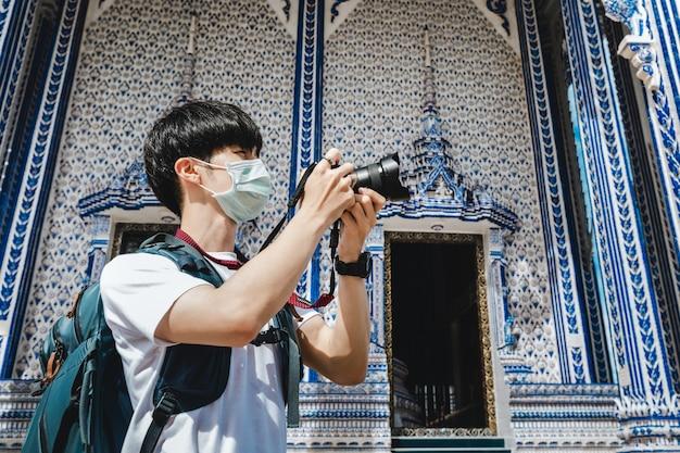 Homme Avec Une Caméra Près D'un Temple Photo Premium