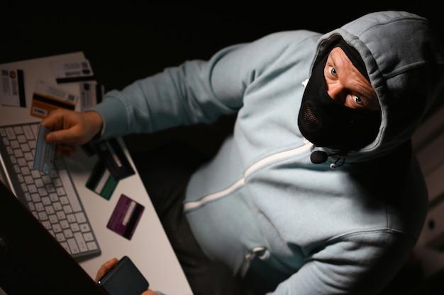 Homme Carder En Masque Se Connecter à Darknet Photo Premium