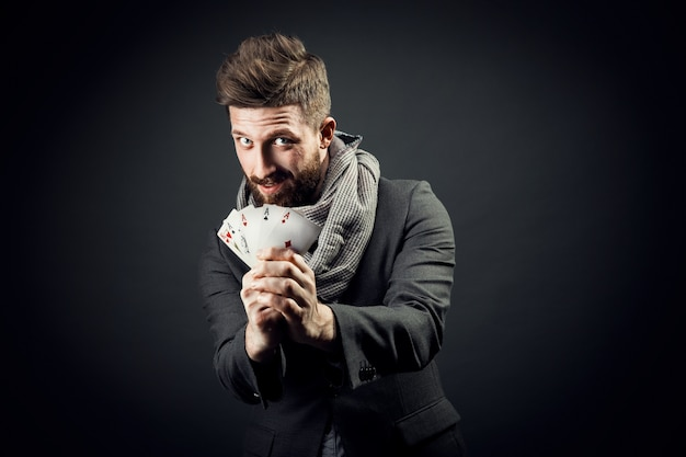 Homme avec des cartes à jouer Photo Premium