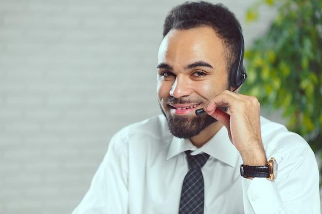 Homme avec un casque. opérateur de centre d'appel parlant avec le client Photo Premium