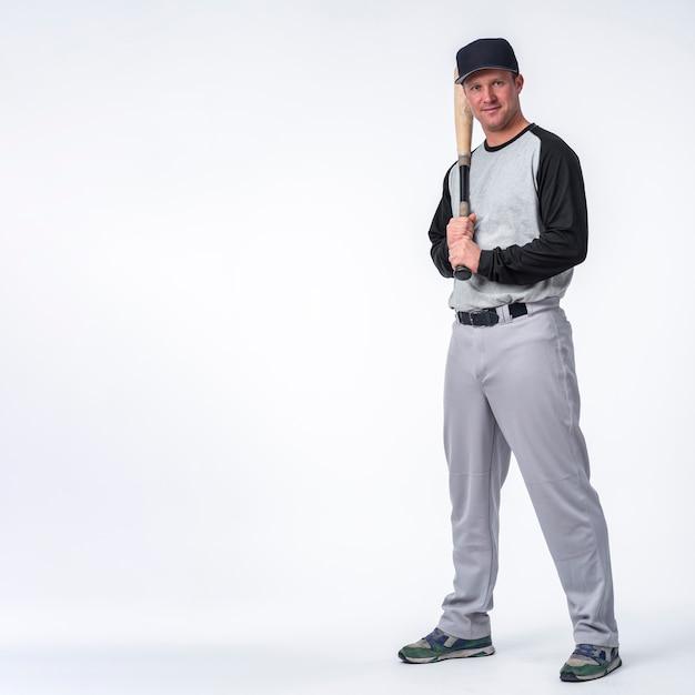 Homme Avec Casquette Posant Avec Baseball Photo gratuit
