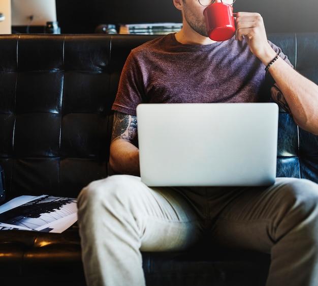Homme caucasien, séance de travail Photo Premium