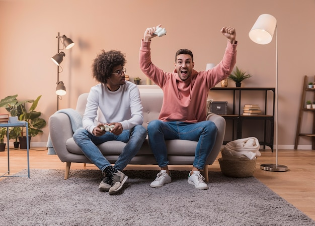 Homme Célébrant La Victoire Contre Un Ami Photo gratuit