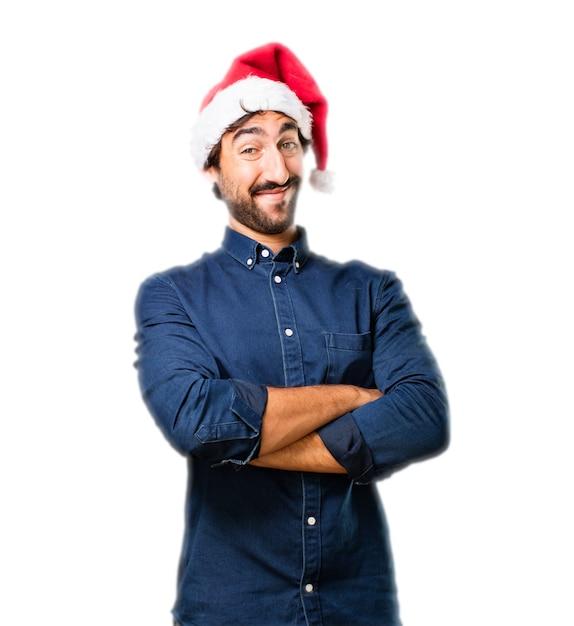 L'homme avec un chapeau de père noël et les bras croisés Photo gratuit